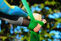 Des pieds entrelacés sont liés par un tissu photos libres de droits