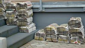 Des piles des journaux hebdomadaires Images libres de droits