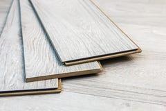 Des planches en stratifié peuvent être étendues sur le plancher Images libres de droits