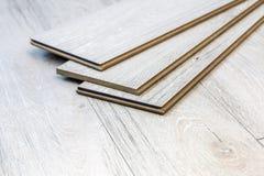Des planches en stratifié peuvent être étendues sur le plancher Photographie stock