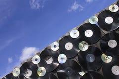 Des plats de vinyle et les disques criqués sont vissés à la barrière, diagonale  photographie stock libre de droits