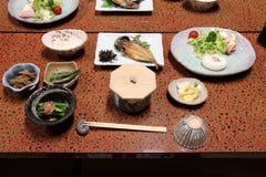 Des plats typiques de Japonais sont servis dans une auberge traditionnelle dans Amanohashidate (Japon) Photographie stock