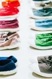 Des plusieurs d'espadrilles colorées Photo libre de droits