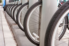 Des pneus de bicyclette sont alignés dans une rangée uniforme image stock
