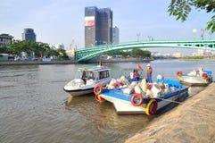 Des poissons sont maintenus dans des sachets en plastique préparant pour être libéré en rivière de Saigon pendant le jour nationa Photographie stock libre de droits
