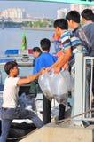 Des poissons sont maintenus dans des sachets en plastique préparant pour être libéré en rivière de Saigon pendant le jour nationa Photographie stock