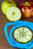 Des pommes creusées et coupées en tranches Photo stock