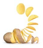Des pommes de terre se transforme en pommes chips Images stock