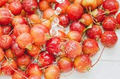 Des pommes rouges sont lavées avec de l'eau Frais un concept sain de nourritures photo libre de droits