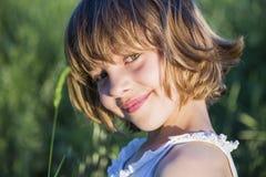Des Porträts Mädchen draußen Kinderbei Sonnenuntergang Lizenzfreies Stockbild