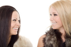 Des Portraitpelzschwarzen mit zwei Frauen blondes Lächeln Lizenzfreie Stockfotos