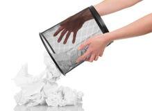 Des poubelles de bureau renversant le papier sur le fond blanc image stock