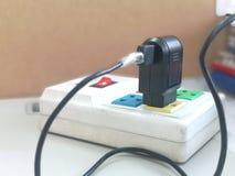 Des prises électriques sont branchées au débouché photos libres de droits