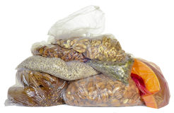 Des produits sont emballés dans des sachets en plastique Photo libre de droits