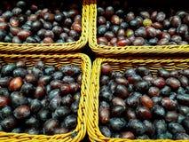 Des prunes fra?ches saines sont consomm?es directement de l'agriculture photos stock