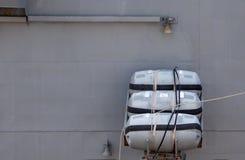 Des radeaux de sauvetage gonflables sont installés dans la position fonctionnante à bord du navire de guerre image stock