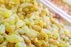 Des raisins secs sont admirablement décomposés, jaune est la catégorie la plus élevée Fond ou papier peint délicieux images libres de droits