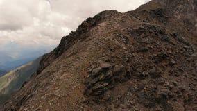 Des rochers incroyables en haute altitude, vue depuis un drone en 4k, montagnes du Caucase banque de vidéos