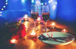 Des romantischen romantisches Gedeck Liebes-Konzeptes des Valentinsgrußabendessens verziert mit rotem Herzgabellöffel auf Platte  stockbild
