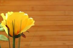 Des roses jaunes sont arrangées dans les bouquets sur un fond brun Photographie stock