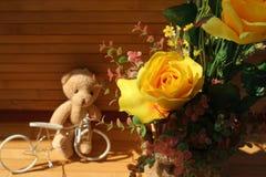 Des roses jaunes sont arrangées dans les bouquets sur un fond brun Images stock