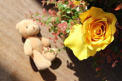 Des roses jaunes sont arrangées dans les bouquets sur un fond brun Image stock