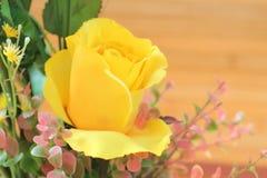 Des roses jaunes sont arrangées dans les bouquets sur un fond brun Photo libre de droits