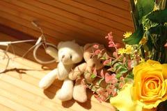 Des roses jaunes sont arrangées dans les bouquets sur un fond brun Photo stock