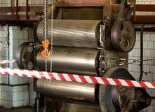 Des rouleaux d'équipement de production sont clôturés avec la bande protectrice, une enquête est en cours, un incident, un accide image stock
