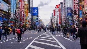 Des routes sont fermées pour des touristes visitant Akihabara image stock