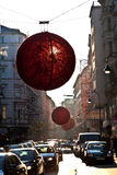 Des rues sont décorées du rouge Photographie stock libre de droits