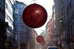Des rues sont décorées du rouge Images stock