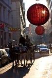 Des rues sont décorées du rouge Photographie stock