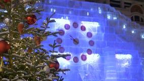 Des rues sont décorées pour Noël L'horloge montre le temps jusqu'à la nouvelle année banque de vidéos