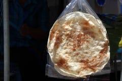 Des sachets en plastique de biscuit de cerf-volant en clair accrochant en vente, c'est dessert thaïlandais images stock
