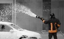 Des sapeurs-pompiers se sont appelés pour aborder la flamme photo libre de droits