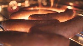 Des saucisses sont faites frire sur le gril de barbecue du feu clips vidéos