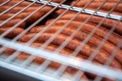 Des saucisses sont grillées Cuisson du barbecue de saucisses Aliments de préparation rapide BBQ de trellis photographie stock
