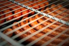 Des saucisses sont grill?es Cuisson du barbecue de saucisses Aliments de pr?paration rapide BBQ de trellis photographie stock libre de droits