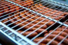 Des saucisses sont grill?es Cuisson du barbecue de saucisses Aliments de pr?paration rapide BBQ de trellis images stock