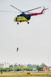 Des sauveteurs sont débarqués de l'hélicoptère MI-8 Photo libre de droits