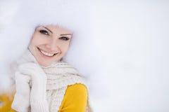 Des Schneewinters des Weihnachtsneuen Jahres schönes Mädchen in der weißen Hutnatur Stockfotos