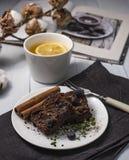 Des Schokoladenschokoladenkuchen-Nachtischs Hygge-Teegemütliche des Hauptherbstschokoladenkuchens flache gelegte selbst gemachte  stockfoto