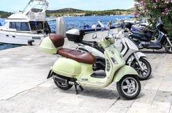 Des scooters sont garés sur le bord de mer images stock