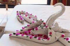 Des serviettes blanches cygnes et coeurs tordus Image libre de droits