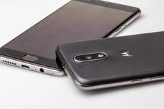 Des Smartphones sont placés un à l'autre, s'étendant sur la table Photos libres de droits