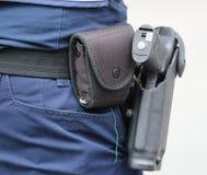Des Smith u. Militärs und der Polizei Wessons M&P halbautomatische Pistole lizenzfreie stockfotografie