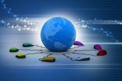 Des souris d'ordinateur sont reliées autour du globe Photographie stock libre de droits