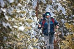 Des sports d'hiver extrêmes - équipez la hausse dans les montagnes images stock