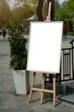 Des Spotts Malerei oben - auf einem Gestell in einer Stadt Stockfoto